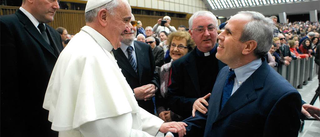 il presidente del mac che stringe la mano al papa francesco