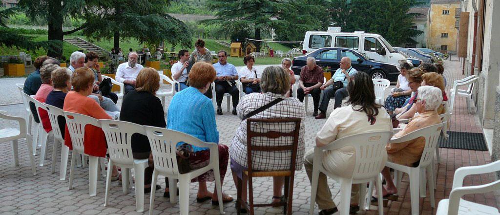 Associati del MAC seduti in cerchio durante un incontro formativo