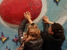 ragazze che toccano un'opera al museo