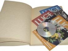 in foto le pubblicazioni del MAC riviste in nero, sonoro e in braille