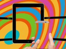 tablet e smartphone con sfondo multicolore