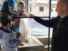 padre Damiano con bambini a Darmour in Libano