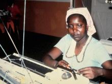 ragazza corso maglieria progetto MAC in Kenya