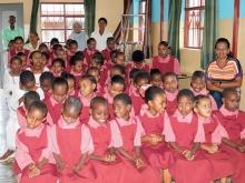 foto delle ragazze della scuola con i loro insegnati e le suore