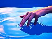 contatto sensoriale mano - acqua