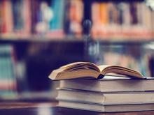 libri aperti su un piano