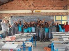 Alunni delle scuole in Mbarara salutano allegramente nella foto ricordo con Fratel Mansueto Barbetta