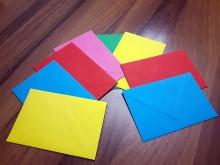 Foto di buste colorate utilizzate durante un incontro di Parent training con le famiglie in Fondazione