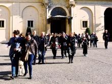 persone in cammino tenendosi per mano