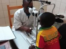 Bambino durante la visita oculistica in ambulatorio