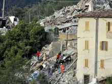 Persone impegnate nei soccorsi tra le macerie del terremoto del centro italia